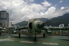 一台退休的MIG喷气式歼击机坐在退休的航空母舰(米斯克)顶部在中国 图库摄影