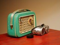 一台风格化老收音机和摩托车玻璃 库存照片