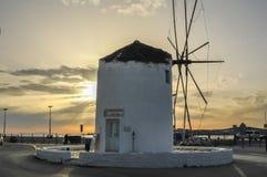一台风车在帕罗斯岛市中心在希腊 图库摄影