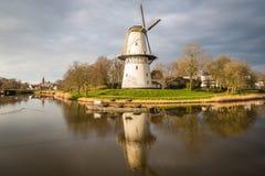 一台风车的看法在日落的在运河外部米德尔堡,荷兰 免版税库存照片