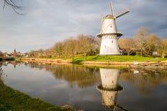 一台风车的看法在日落的在运河外部米德尔堡,荷兰 图库摄影