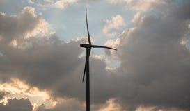 一台风轮机的剪影反对夏天晚上天空的与c 库存照片