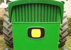 一台绿色拖拉机的前面部分特写镜头  免版税库存照片