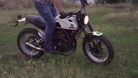 一名专业摩托车骑士在地面上骑自行车并且做各种各样的把戏 慢动作120fps 股票视频