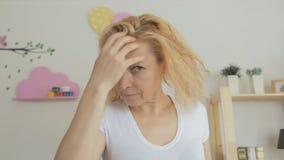 一名中年妇女在洗涤她的头以后抹她的头发与毛巾 影视素材
