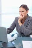 一名体贴的女实业家的纵向与膝上型计算机一起使用 库存照片