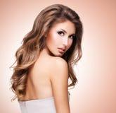 一名俏丽的妇女的照片有美丽的长的波浪发的 库存照片