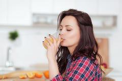 一名俏丽的妇女的画象对负玻璃用鲜美汁液 健康生活方式、素食饮食和膳食 饮料汁液 库存照片