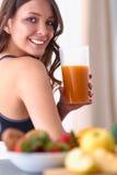 一名俏丽的妇女的画象对负玻璃用鲜美汁液 免版税库存图片