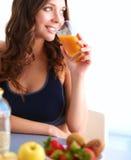 一名俏丽的妇女的画象对负玻璃用鲜美汁液 免版税库存照片