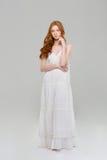 一名俏丽的红头发人妇女的全长画象礼服的 库存照片