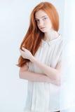 一名俏丽的红头发人妇女的Potrait 库存照片