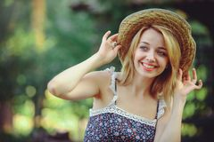 一名健康妇女 秀丽夏天有明亮的花愉快的森林样式休闲的模型女孩 草帽的一个美丽的白夫人 库存图片