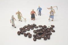 一名农夫男人和妇女有农业工具的 库存照片