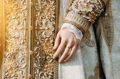 一名历史皇家妇女,有一个圆环的一只手的衣裳有淡色口气的与宝石 免版税库存照片