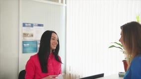 一名友好的少妇管理员遇见客人微笑在一个牙齿诊所 股票录像
