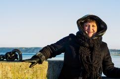 一名可爱的妇女的画象船坞的 免版税库存照片