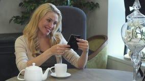 一名可爱的妇女看她在框架的喜爱的照片 股票录像