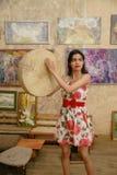 一名可爱的深色头发的妇女播放小手鼓 库存图片