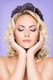 一名可爱的白肤金发的妇女的画象构成的 免版税库存图片