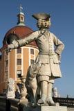 一名号兵的雕象在莫里茨堡城堡前面的 免版税库存照片