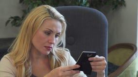 一名哀伤的妇女看一张照片并且想念某人 影视素材
