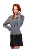 一名哀伤的红头发人妇女的纵向有移动电话的 图库摄影