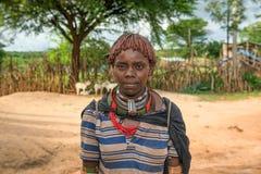 一名哈马尔妇女的画象在南埃塞俄比亚 库存图片