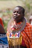 一名唱歌的妇女的画象从马塞人部落的 库存照片