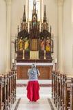 一名回教妇女在一个天主教会里 免版税库存照片