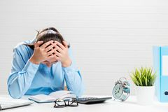 一名困厄的妇女的画象在办公室,会计fo 库存照片