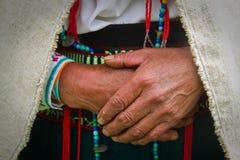 一名土产妇女的手的特写镜头,钦博拉索山 免版税库存照片