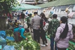 一名地方老挝小山部落妇女卖菜在每日早晨市场上在琅勃拉邦, 2017年11月13日的老挝, 库存照片