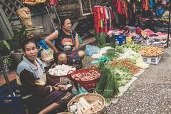 一名地方老挝小山部落妇女卖菜在每日早晨市场上在琅勃拉邦, 2017年11月13日的老挝, 库存图片