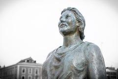 一名坚强的妇女的雕象在奥斯陆 免版税库存图片
