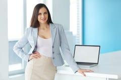 一名女实业家的射击在工作在办公室 免版税库存照片