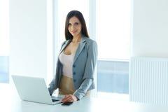 一名女实业家的射击在工作在办公室 免版税图库摄影