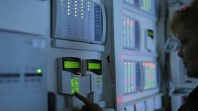 一名女性操作员投入前提的控制 股票录像