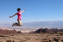 一名妇女为喜悦跳 图库摄影