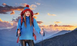 一名妇女以在山顶部的背包休息和享受谷的看法 库存图片