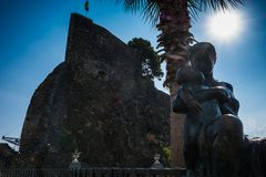 一名妇女和一个孩子的雕象在城堡附近在Acicastello 免版税库存图片