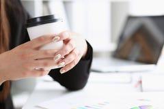 一名妇女在一个工作场所在办公室举行 免版税库存图片