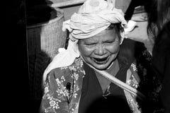 一名妇女在一个市场上在Angkhang,泰国12月19日20014没有模型 免版税库存图片