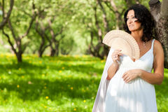 一名妇女在公园拿着一个爱好者 库存照片