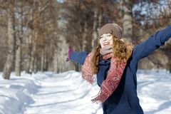 一名妇女在公园是愉快的关于以后的冬天 库存照片