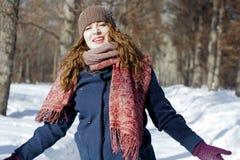 一名妇女在公园是愉快的关于以后的冬天 图库摄影
