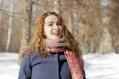 一名妇女在公园是愉快的关于以后的冬天 免版税库存照片