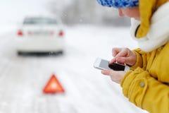 一名妇女在冬天叫对紧急情况服务 库存图片