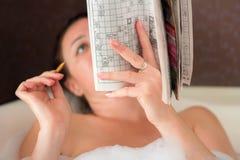 一名妇女在卫生间里 免版税库存照片