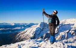 一名妇女在山天冬天 免版税图库摄影